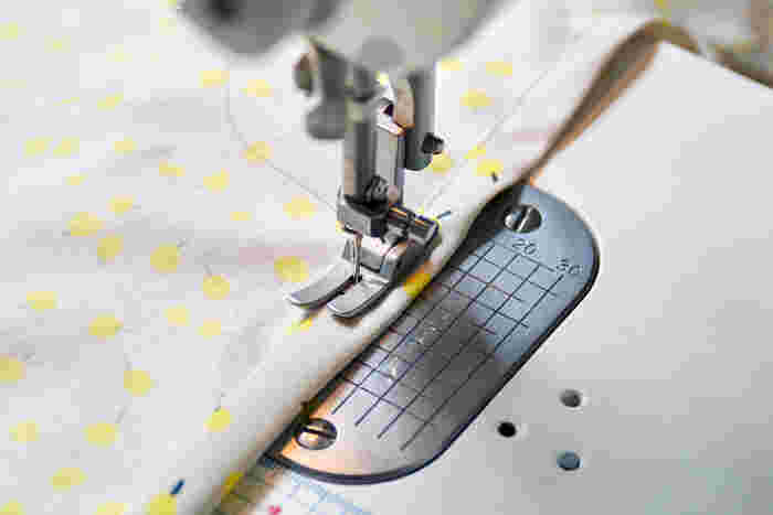 1.前中心側の端を1cm折り、さらに1cm折る三つ折りにして縫う。