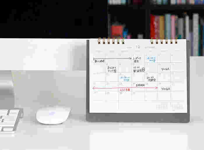 「HIGHTIDE」のポータブル式カレンダーは、自由な使い方が楽しめます。デスクに置いてシンプルなカレンダーとして使ったり、スケジュールを記入して手帳感覚で使える優れもの。小さめのノートほどのサイズなので、おうちや職場への持ち運びもラクラク。