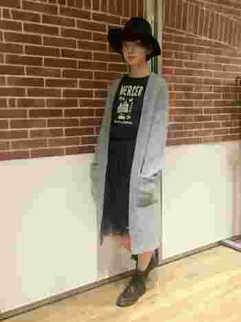 ボーイッシュな真っ黒コーデですが、チュールスカートとグレーのロングカーデによって女子っぽくバランスが取れています。