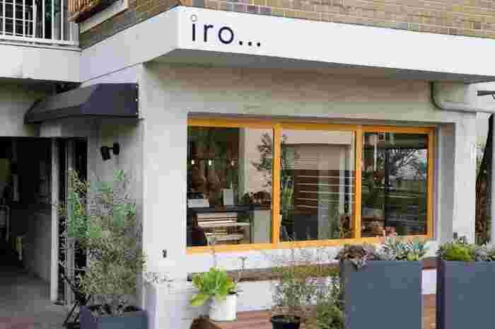 宮の坂駅から歩いて約2〜3分のところにある「iro...Confiserie_et Dessert」はビルの1階にひっそりと佇む隠れ家的カフェです。