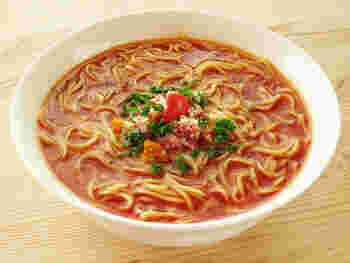 こちらはインスタントラーメンのスープにトマトジュースを使っただけ◎ さっぱりと美味しいですよ。  すりおろしのにんにくが入っているので、インスタントラーメンに添付されている粉末スープとも馴染みやすくなります。カットしたミニトマトを盛りつけると可愛らしい雰囲気に。