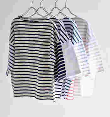 フランスの定番マリンTシャツのブランド「ORCIVAL(オーチバル)」。前後、左右で配色の異なる個性的なボーダーが目を引く5分袖のカットソー。