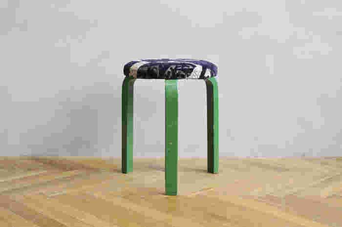 Vintage STOOL 60 × minä perhonen -fogland-  グリーンの脚に、ミナのファブリック。 深い森林のようなデザインですね。
