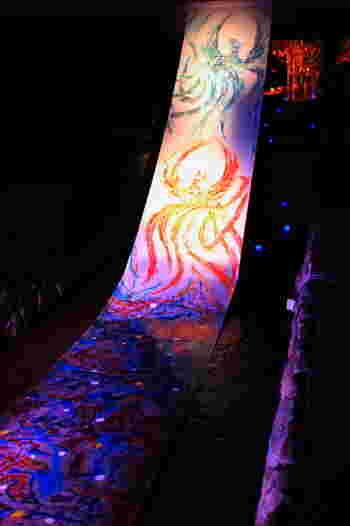 京都の文化に欠かせない京友禅。 その京友禅が、水面に艶やかに浮かびあがる「光の友禅流し」は、圧巻のアート。 水と光と京友禅のコラボレーションはここでしか見られません。 (2017年も展示予定)
