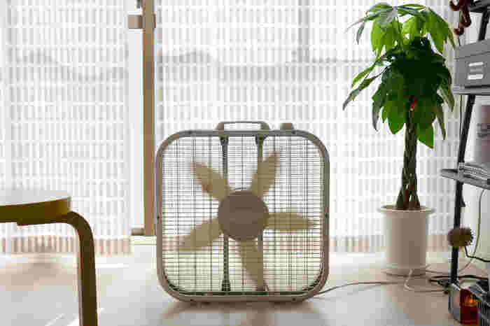 エアコンから吹き出す冷たい空気は部屋の下の方に溜まっていきます。上半身では心地よいと感じる室温だと、足元の温度は下がり過ぎている場合があります。サーキュレーターなどを足元に置くことで、空気を循環させて、冷気がひとかまたりになるのを防げます。