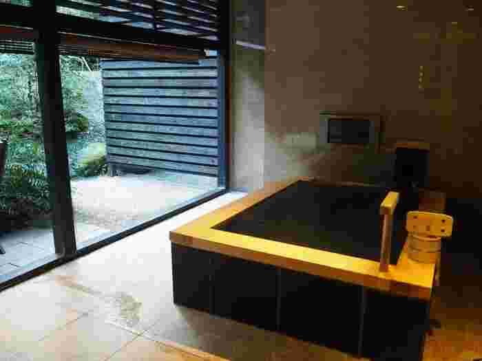 全26室が源泉掛け流しの露天風呂付きスイートルーム。テラスにハンモックがあるお部屋や、琉球畳の和室が供えられたお部屋など。お部屋選びだけでもワクワクする温泉宿です。