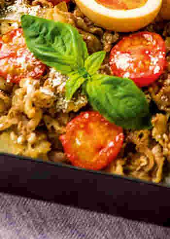 バジルとトマトが爽やかな盛り付けですが、こちら牛丼なんです♪牛丼に赤ワインとトマトを使うことでイタリアンに仕上がりました。粉チーズもアクセントになっていますので、お好みの量をふりかけて頂きましょう。