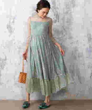 爽やかグリーンの綺麗色&繊細なレースが特徴的なワンピース。お腹周りゆったりデザイン&脇のラインに大きく開く授乳口ファスナー付きで妊婦さんもママさんも安心♪羽織のいらないデザインで、ロング丈なのも嬉しいポイント。季節を問わず着ていただけます。