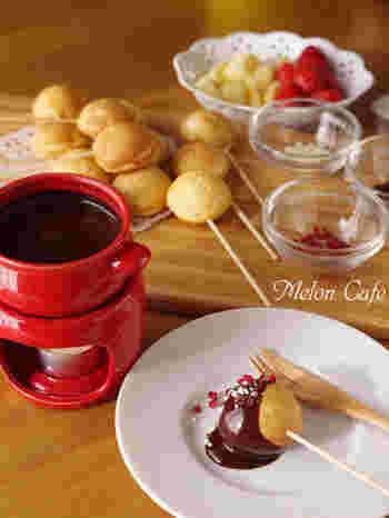 たこ焼き器でつくったまるっとケーキをチョコレートフォンデュにディップ。お好みでさまざまなトッピングをかけて楽しみたい♪
