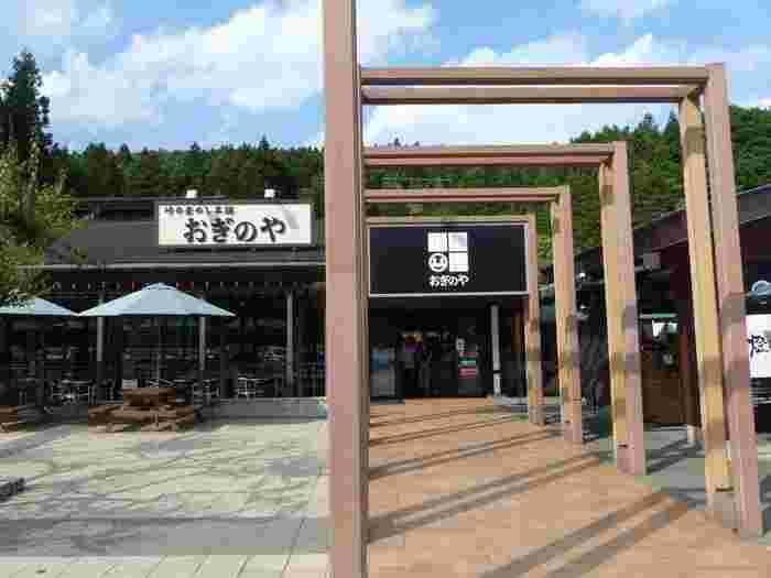 """「横川サービスエリア(上り)」は、東日本屈指の人気駅弁の一つ『峠の釜めし』が楽しめることで有名なサービスエリアです。  """"横川三山""""に囲まれた横川SAは、広々とした緑地や梅園、日本庭園が配され、緑豊か。屋外には、各所にテラス席やベンチが設けられているので、素晴らしい景色を眺めながら、ゆったりと休憩することできます。"""