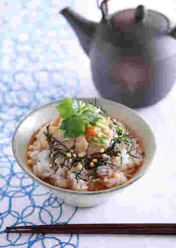ほうじ茶をかけて食べる、こだわりの鯛茶漬け。鯛を梅と練りごまを合わせたタレに漬け込めば、さっぱりとしておいしいですよ。