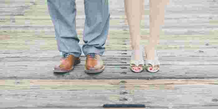 足を肩幅に開いて平行に立ち、ひざのお皿が内側に向いていたらO脚です。そんな気になるO脚は毎日の1分エクササイズで改善していきましょう。毎日1分で手軽に出来るエクササイズで、普段使わない筋肉を鍛えて美脚を目指す事が出来ますよ。  ①足を伸ばして横向きに寝ます。 ②上になった足の膝を曲げて、体の前に足を置きます。 ③骨盤を固定しながら、下の足をつま先を伸ばしたまま持ち上げて下ろします。 ④20回程繰り返し、反対側も同様に行いましょう。