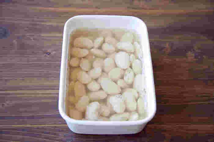 茹で上がった豆は茹で汁に入れたまま冷まし、冷蔵する場合は汁ごと保存容器に入れましょう。一方、冷凍する場合は茹で汁と分けるのがベスト。茹で汁にも風味があるので、捨てずに使うと美味しいそうですよ。