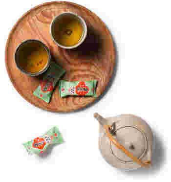 「一人お茶会」で何かと便利なのが、お盆です。お茶とお菓子を載せて、自由に移動しながらお茶とお菓子を味えるのも、「一人お茶会」ならでは。