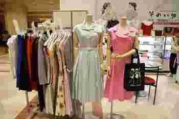 その他、京都や日本橋の高島屋で例年行われている「乙女魂」という展覧会で購入することも可能。また、オンラインショップではブラウスや手袋の他、ハンカチ、傘、iPhoneケースなど小物の取り扱いもあります(ワンピースは購入できません)。