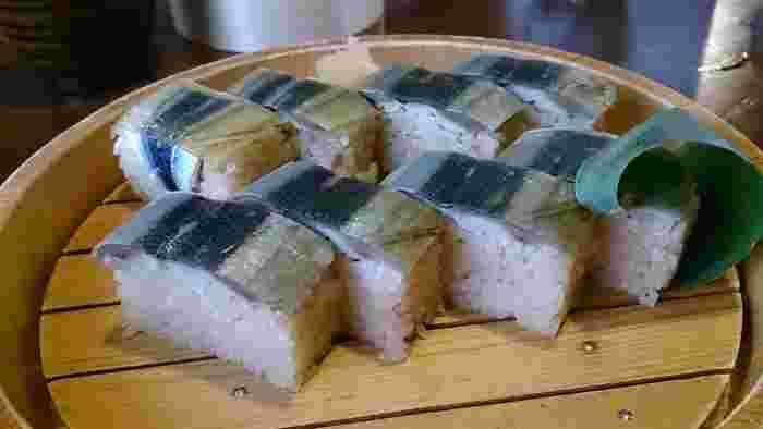 """忘れてはいけないのでが""""さんま寿司""""。程よく酢〆されたさんまと酢飯の間には甘酢漬けのしょうがが挟まれています。これがまた程よい味のアクセントに♪テイクアウトも可能なので、新幹線でのお弁当代わりに、お土産に選んでみてはいかがでしょうか?"""