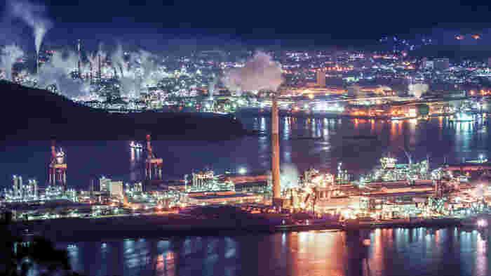 周南コンビナートの魅力は、海面に映りこむ光の美しさ。内海ならではの穏やかな水面に光が反射し、工場夜景をより一層幻想的に浮かび上がらせています。