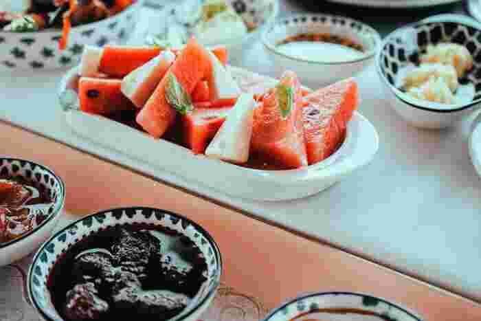 日本ではすいかに塩をかけるのが定番ですが、イタリアではレモン、ギリシャではフェタチーズをかけるのが定番なのだとか。ほかにも、さっぱりとした味わいになる黒酢や、独特の風味が癖になるシナモンなど、食べ方いろいろ*試してみてくださいね。