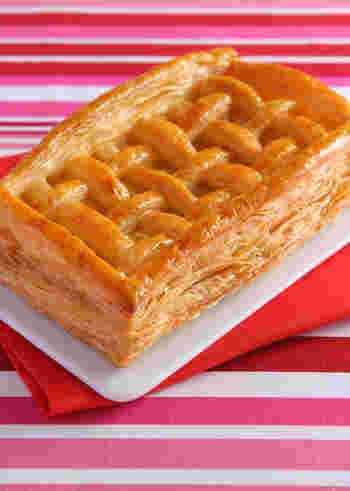 ちなみに、先ほどのレシピではまあるいホール型を使用していますが、そういった型がない場合もありますよね。  そんなときには、以下の「サクサクアップルパイ」のレシピで作ってみてはいかがでしょう。  こちらの材料も、とてもシンプル(りんご・砂糖・オレンジジュース・卵・パイシート)。市販の冷凍パイシートくり抜いて作るので、型を使わずにパイを焼き上げられるのが嬉しいですね。