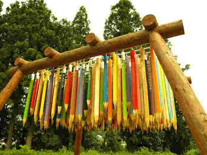 太い柱に吊るされた大きな鉛筆は存在感たっぷり。色とりどり、長さも違う鉛筆は、よく見ると世界の国々の名前が書かれています。