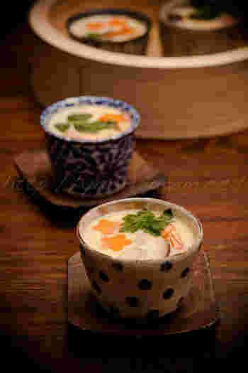 """蒸し料理の定番""""茶碗蒸し""""。  一人前ずつ器に卵液を注いで作るのも良いですが、大鉢一つで作っても。椎茸の旨味がじんわりと広がって、滋味豊かな味わいです。"""