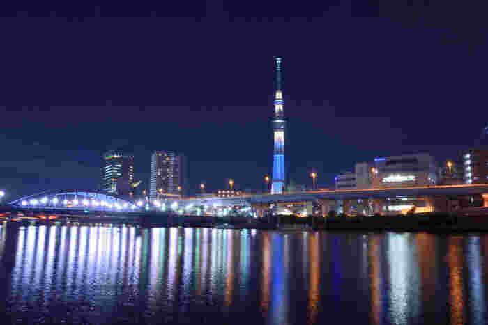 押上駅から徒歩約3分、東武スカイツリーラインのとうきょうスカイツリー駅からは徒歩約1分のところにある「東京スカイツリー」。高さ634mで、現在「世界一高いタワー」としてギネスブックに登録されています。こちらの画像は、隅田川より東京スカイツリーを望む景色。スカイツリーは見上げても素敵です。