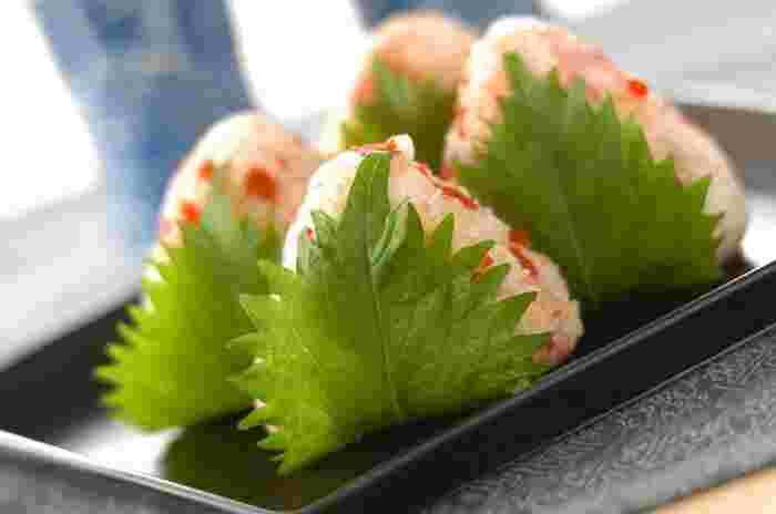子どもも大好きなカリカリ梅を細かくカットして、ごはんに混ぜ込んでいます。海苔ではなく、大葉を巻くと、普段とは違う特別感のあるおにぎりに仕上がります。