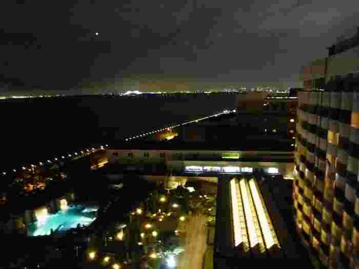 舞浜のシェラトン・グランデ・トーキョーベイ・ホテルの「ガーデンプール」でも、毎週金曜日に大人のナイトプールが開催。ライトアップした夜のプールサイドで音楽とお酒が楽しめます。