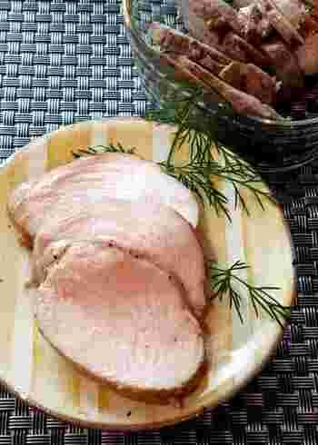 マキシマムを鶏肉にまぶして一晩寝かせて作るハムのレシピ。おもてなし料理にも使えそうですね。
