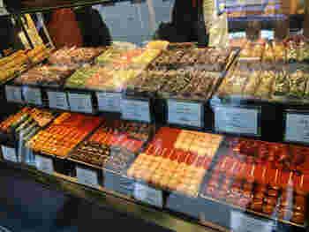 鎌倉にあるお団子屋「さくらの夢見屋」。店先には、定番のみたらし団子をはじめ、イチゴ×あんこ、桜団子やハチミツレモン味など様々なお団子が並びます。