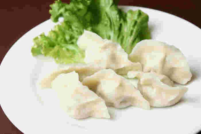 北京や東北地方では、主食として日々の食卓にのぼるほどの日常食。縁起のよい食べ物としてお正月にも食べられているそう。 日本では、豚肉にニラや白菜、ニンニクを入れたものがメジャーですが、本場ではトマト&卵や、羊肉&香草、また豚肉と春雨やインゲンなど具沢山にした五宝餃子など様々な種類があるので、ぜひ食べ比べをしてみて。