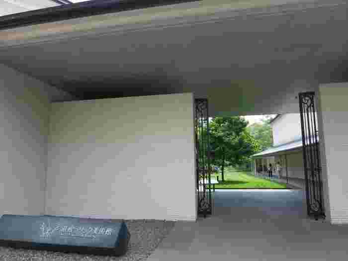 アール・ヌーヴォーとアール・デコの両時代に活躍したルネ・ラリック(1860~1945年)を紹介する「箱根ラリック美術館」。ジュエリーやガラス作品をはじめとして室内装飾や、オリエント急行の内装まで1500点のコレクションを保有します。その中から選び抜かれた約230点を紹介し、随時展示替えを行っています。
