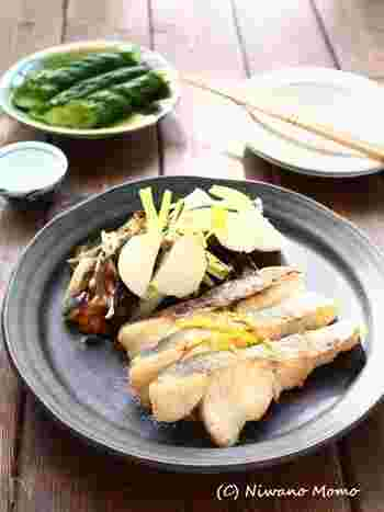 魚の切り身についている味噌を軽く水で洗い落として、余分な水分はキッチンペーパーでぬぐっておくのがポイント。