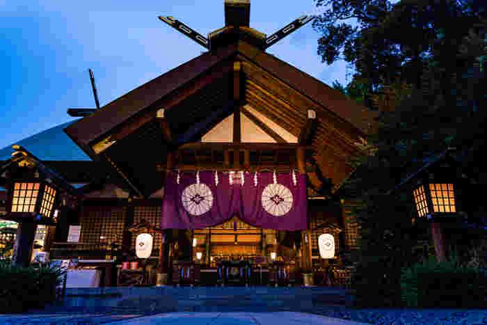 また、日本ではじめて神前結婚式が行われたこともあり、今でも多くのカップルの結婚式が執り行われています。いつも、幸せな空気がいっぱい漂っているような東京大神宮は、平日も多くの女性参拝者で賑わっていますよ。