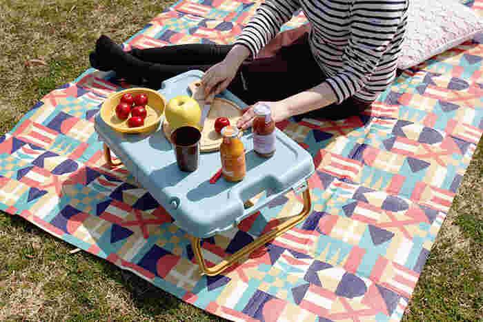 ピクニックの快適度を左右するのがレジャーシート。こちらのレジャーシートは3mm厚のクッションシートで、芝生の上に敷いてもソフトな座り心地です。