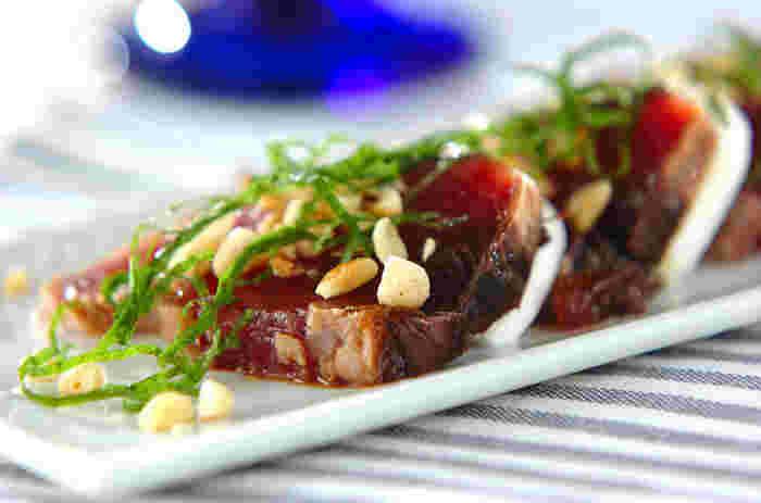 モッツァレラは味にあまりクセがなくクリーミーでカツオなどの赤身魚ともよく合います。松の実も入れると香ばしさもプラスされ、食感も楽しめる一品に。