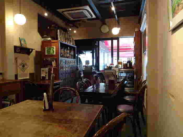 店内は、落ち着いた雰囲気のインテリアと、やわらかな間接照明が灯されており、ゆったりとした時間を過ごしながら食事を頂く事ができます。