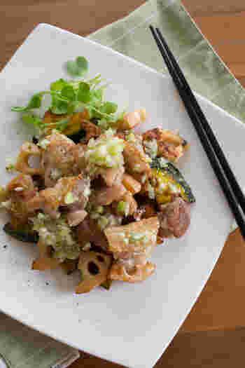 皮をパリッと焼いた鶏肉と香ばしい焼き野菜。ネギ塩ダレがそれぞれの素材の個性を引き立てつつ、お皿の上で上手くまとめてくれます。