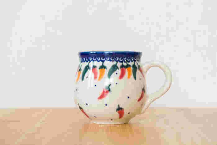 唐辛子柄が可愛いマグカップ。形もデザインもほっこりとした雰囲気で、リラックスタイムにぴったりです。