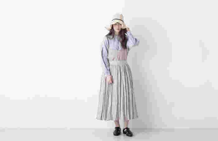 トップス&スカートのワンツーコーディネートに物足りなさを感じたら、上からキャミソールをレイヤード。シャツと一緒にウエストINするのが今ドキです♪ベージュと薄い水色のグラデーションが素敵。