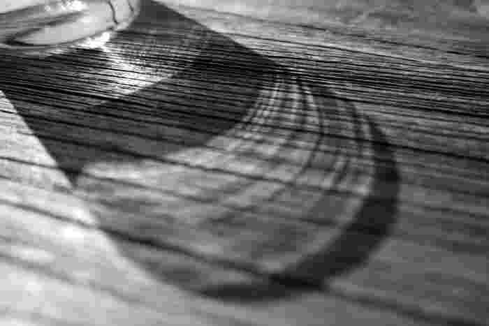 普段使っている物の影を写してみると、今まで気がつかなかった美しさを発見できます。特にガラス細工などはうっとりしてしまう綺麗さ。身近なもので試してみましょう!