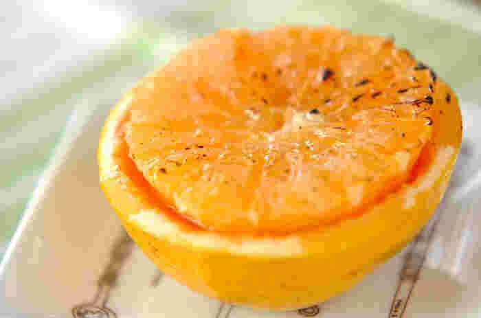 柑橘類を焼くのは意外な感じがしますが、酸味が抑えられてやさしい味になります。グラニュー糖、バターをのせてオーブンで焼いたら、出来立て熱々をぜひどうぞ♪ホワイトキュラソーもプラスして、大人の味になっています。