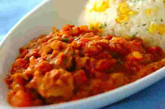 『トマトカレー』暑い夏に食べたくなるネーミングではありませんか?仕上げのクミンと隠し味のはちみつがトマトの風味とカレーの風味をひきたてます。