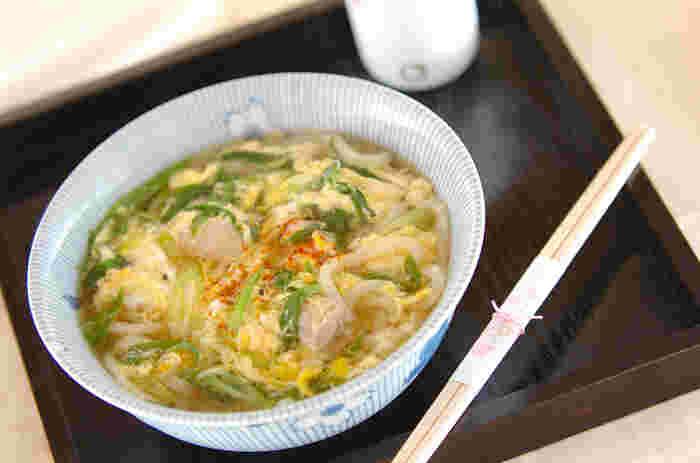 鶏と卵を入れた京風の親子うどんです。青ネギもたっぷりと入って、風味よく体がじっくりと温まります。