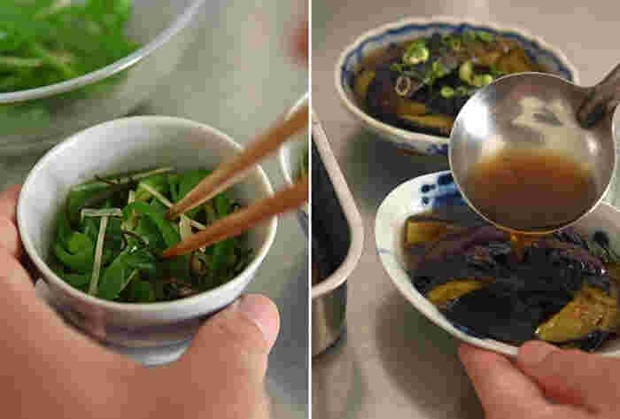 すぐに食卓に出せるように、器に盛り付けた状態で冷蔵庫に入れておきましょう。「ピーマンの塩昆布和え」は小鉢に、つゆをたっぷりかけたい「なすの煮びたし」は少し深さのある器に盛り付け、最後に刻みねぎを散らして彩りも美しく。