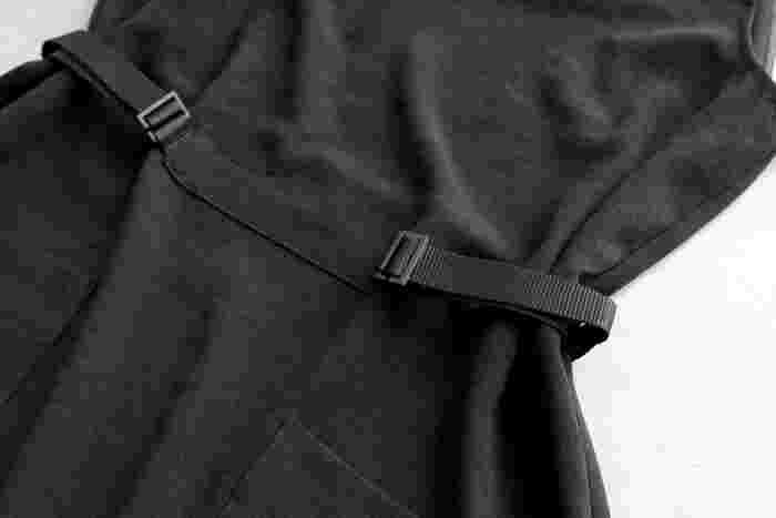 脇にはドローコードが配され、絞ることでシルエットの変化を楽しめます。ウエスト周りはゆったりしているので、コードを絞らずストンと着てもリラックス感が増して素敵です。とても軽くシワになりにくい素材なので、コンパクトに畳めるのも嬉しいポイント。