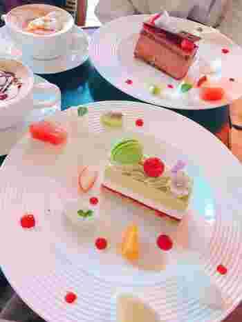 「シシリー」は、ピスタチオのケーキ。爽やかなグリーンのピスタチオムースとホワイトチョコの甘さ、チェリーの酸味がいいアクセントになっています。