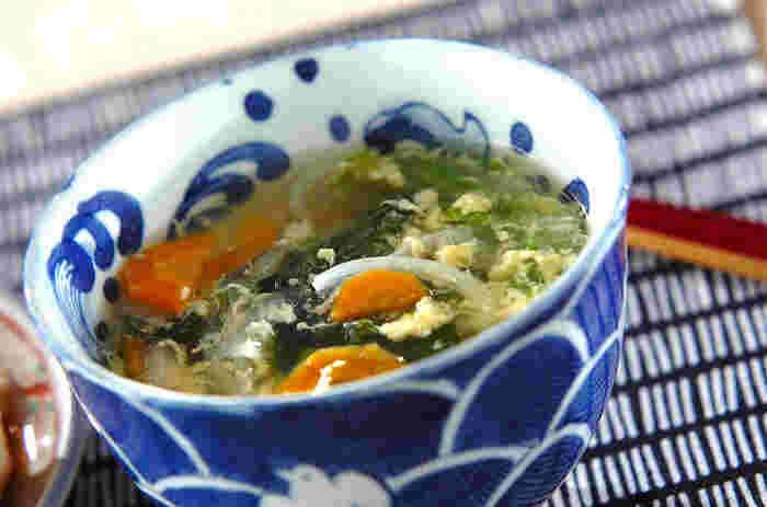 レタスと玉ねぎ、人参にワカメとヘルシーなお野菜がたくさん入った中華スープで、ふわふわの卵がいいアクセントになっています。味を調えるときにコショウを効かせると味がぐっと引き締まります。