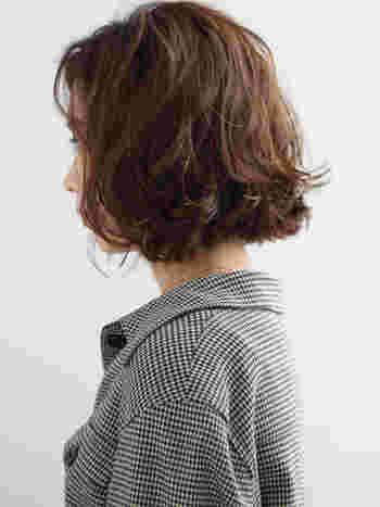 こちらのスタイルはデジタルパーマをかけていますが、コテを使ってもスタイリングできます。広がりやすいくせ毛ですが、サイドにあえてボリュームを出してあげることで、動きのあるゆるふわなスタイルに仕上がります。くせ毛のハネを活かして無造作に仕上げるのがコツです。