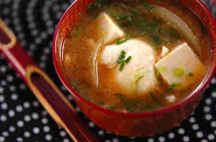 お味噌汁に卵をぽとん。コクとボリュームがでる落とし卵のお味噌汁。忙しい朝ごはんにもぴったりですね。